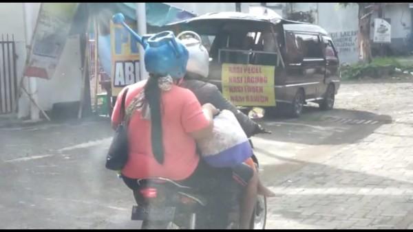 Capture gambar pengendara motor yang menggunakan helm unik. (TikTok Ruwiyanto)