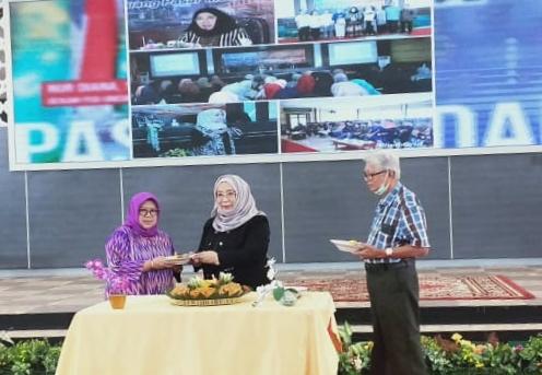 Dekan FEB Unisma, Nur Diana SE MSi saat akan memotong tumpeng memperingati usia Galeri Investasi BEI Unisma yang genap lima tahun (Ist)