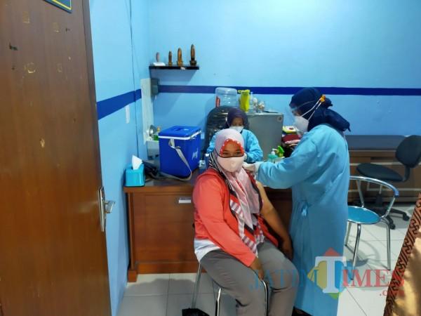 Guru di Kota Blitar terima vaksinasi Covid-19