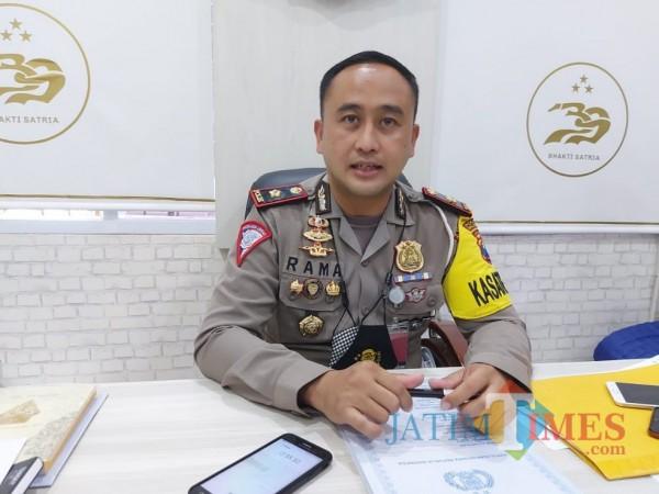 Kasat Lantas Polresta Malang Kota Kompol Ramadhan Nasution saat ditemui awak media di ruangan kerjanya, Senin (1/3/2021). (Foto: Tubagus Achmad/MalangTIMES)