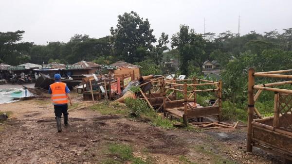 Kondisi rest area Sumbermanjing Wetan, Kabupaten Malang yang rusak parah akibat hujan disertai angin kencang (BPBD Kabupaten Malang for MalangTIMES)