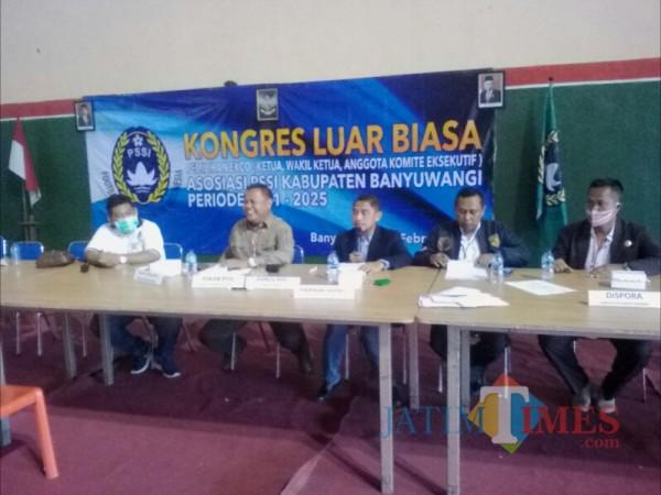 Mikko Agus Pribadi, Komite Sepakbola Asprov PSSI Jatim (tengah) saat memimpin Konggres Askab PSSI Banyuwangi Nurhadi Banyuwangi Jatim Times