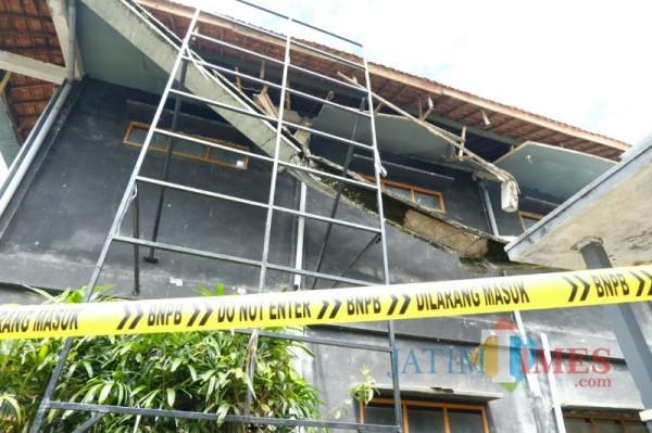 Terlihat atap di Gedung Kesenian Kota Batu ambrol, Selasa (2/3/2021) (foto: Mariano Gale/ MalangTIMES)