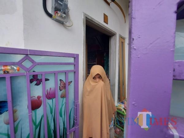 Istri terduga teroris yang ditangkap Densus 88 di Kecamatan Pakis, Kabupaten Malang (foto: Tubagus Achmad/MalangTIMES)
