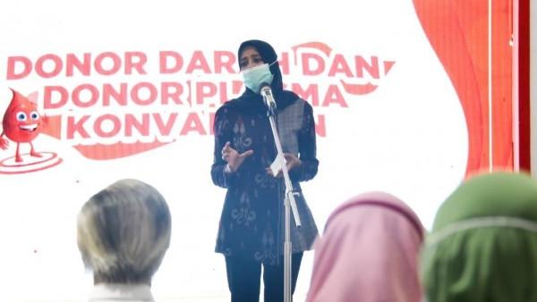 Ketua TP PKK Kota Kediri Ferry Silviana Abu Bakar ketika membuka kegiatan donor darah dan donor konvalesen di ketos, Rabu (5/03/2021). (Foto: Ist)