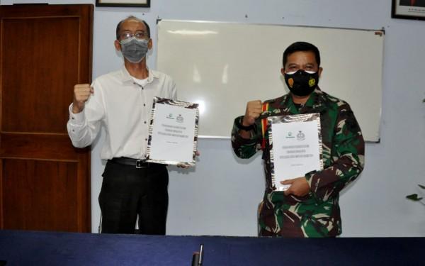 Kolonel (Mar) Suliono (kanan) saat menunjukkan perjanjian kerjasama dengan Perum Perhutani KPH Malang (foto: Korps Marinir for MalangTIMES)