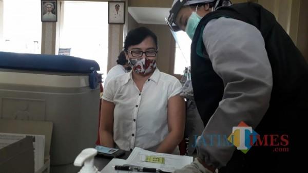 Salah satu pejabat eselon 3 Pemerintah Kota Batu lakukan vaksinasi, Rabu (3/3/2021). (Foto: Mariano Gale/Malang Times)