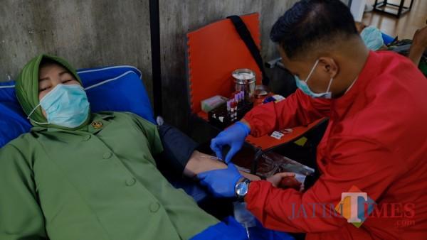 Persit ketika melakukan donor darah di Ketos, Rabu (03/03/2021). (Foto: Bams Setioko/ JatimTIMES)