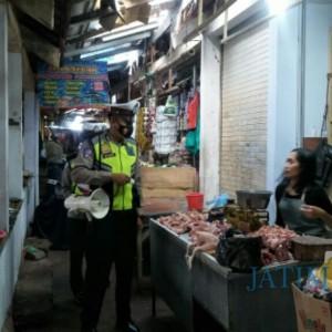 Sosialisasikan Prokes, Anggota Satlantas Lumajang Blusukan ke Pasar Sayur Senduro
