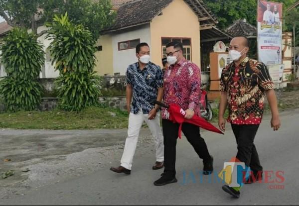 Bupati Kediri Hanindhito Himawan Pramana berkunjung ke Desa Wonorejo.(eko arif s/Jatimtimes)