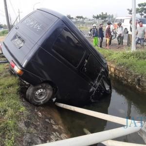 Kehilangan Kendali, Mobil Tabrak Pembatas Jalan dan Nyungsep ke Parit