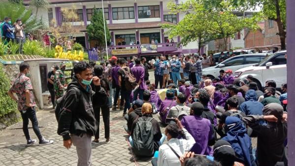 Para mahasiswa Unitri yang melakukan aksi damai menuntut potongan SPP (Ist)