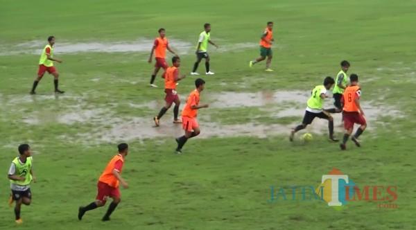 Pemian Banyuwangi harus menjalani seleksi dalam kondisi lapangan Stadion Diponegoro Banyuwangi tergenang air dan licin. (Nurhadi/JatimTIMES)