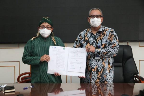 Wali Kota Malang Sutiaji (kiri) dan Alexander Rubi, kepala perwakilan BPKP Provinsi Jawa Timur, usai tanda tangani kesepakatan. (Foto: Humas Pemkot Malang)