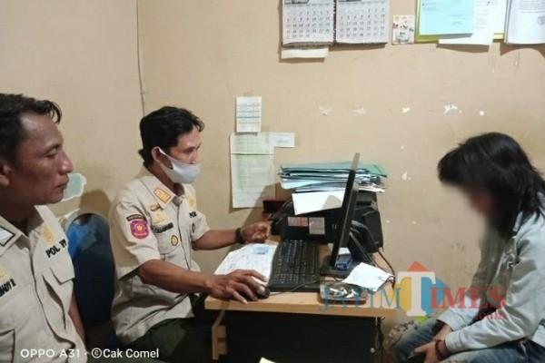 Kasi Penyelidikan dan Penyidikan Satpol PP Pamekasan Hasanurrahman saat memeriksa SJ dikantor Satpol PP (Foto: Istimewa)