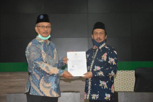 Rektor UIN Malang, Prof Abdul Haris saat menyerahkan SK kepada WR 1 Bidang Akademik, Prof Zainuddin (Ist)