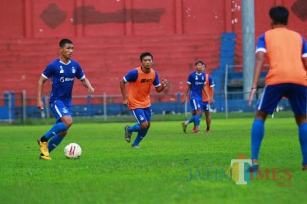 Pemain Persik Kediri saat berlatih di Stadion Brawijaya beberapa waktu lalu.(eko arif s/Jatimtimes)