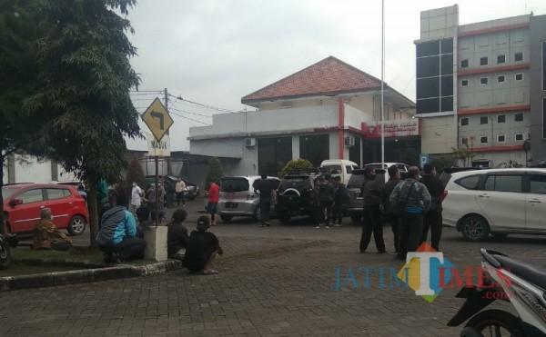 Sejumlah panita diklat maupun teman-teman korban berkumpul di depan parkiran RS Karsa Husada, Kota Batu, Minggu (7/3/2021). (Foto: Mariano Gale/MalangTIMES)
