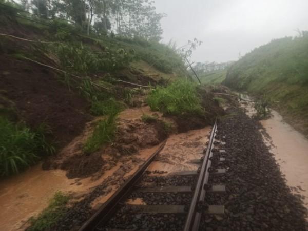 Jalur kereta yang tertutup tanah longsor. (foto: Humas Daop 8 for MalangTIMES)