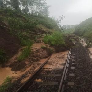Jalur Kereta Api Stasiun Pohgajih - Kesamben yang Tertimbun Longsor sudah Kembali Lancar
