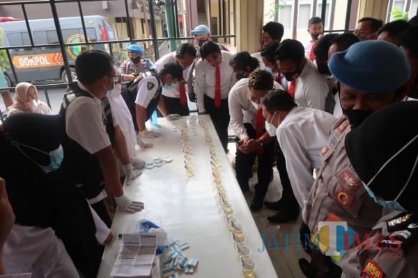 Puluhan anggota Satreskrim Polres Sumenep saat mengikuti tes urine di lapangan tenis Mapolres setempat (Foto: Ist/SumenepTIMES)