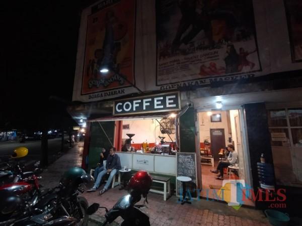 Suasana Warung Kopi Klodjen Djaja 1956 tampak depan ketika malam hari. (Foto: Tubagus Achmad/MalangTIMES)