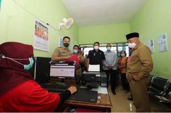Bupati Malang Sanusi (kanan, pakai peci) saat meninjau kesiapan program inovasi Desaku Tuntas, Selasa (9/3/2021). (Foto: Istimewa)