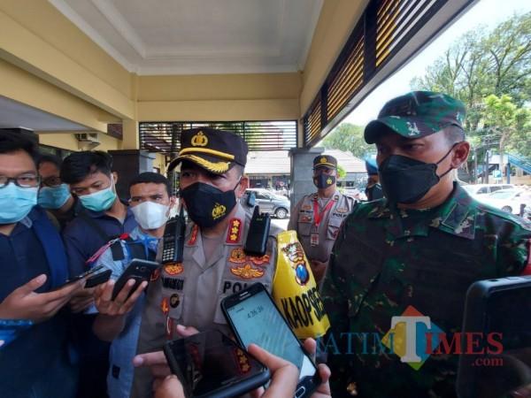 Kapolresta Malang Kota Kombes Pol Leonardus Simarmata (tengah) saat ditemui awak media di Mapolresta Malang Kota, Senin (8/3/2021). (Foto: Tubagus Achmad/MalangTIMES)