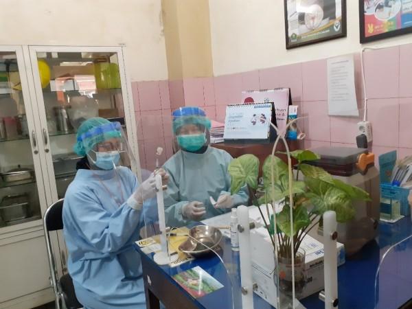 Petugas kesehatan saat menyiapkan vaksin Covid-19. (Arifina Cahyanti Firdausi/MalangTIMES).