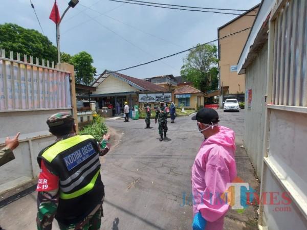 Suasana Yayasan Bhakti Luhur Malang dengan pengamanan ketat saat akan dikunjungi oleh Wali Kota Malang Sutiaji, Rabu (3/3/2021). (Foto: Tubagus Achmad/ MalangTIMES)