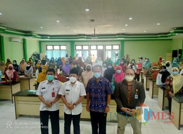 Disdikbud Kota Malang, saat mengumpulkan 60 Guru PAUD untuk Bimtek mengenai pembelajaran STEAM (10/3/2021)(Anggara Sudiongko/MalangTIMES)
