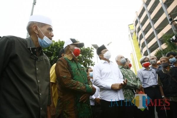 Almarhum Habib Hasan ketika meninjau Pasar Turi