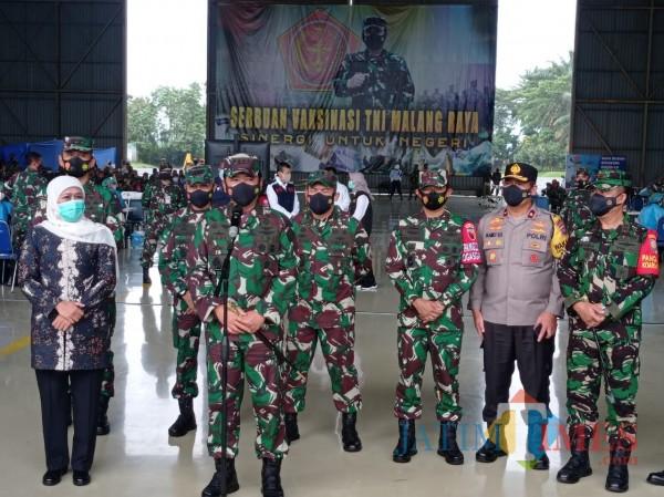 Panglima TNI Marsekal TNI Hadi Tjahjanto (depan mic) saat mengumumkan jumlah prajurit yang melakukan vaksinasi (Hendra Saputra/MalangTIMES)