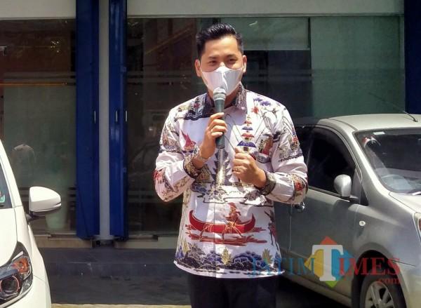 Pimpinan BPF cabang Malang, Andri saat memberikan reward mobil baru kepada nasabah loyalnya (Anggara Sudiongko/MalangTIMES)