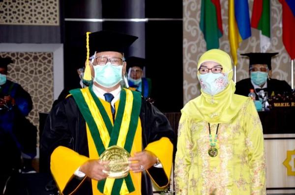 Prof Dr Turmudi MSi, Guru Besar Pendidikan Matematika dan sang istri (istimewa)