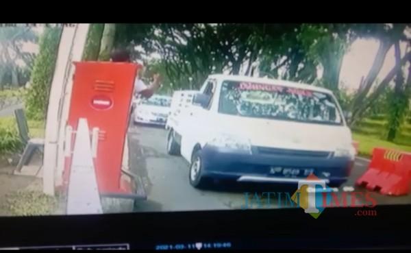 Tampak mobil curian yang dikendarai oleh pelaku keluar dari komplek Perumahan Permata Jingga Kota Malang, Kamis (11/3/2021). (Foto: Tangkapan layar dalam video viral)