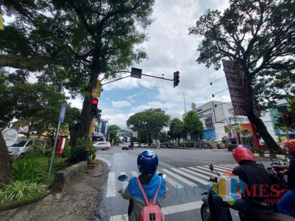 Papan pemberitahuan adanya kamera CCTV untuk memantau arus lalulintas di Kota Malang, Sabtu (13/3/2021). (Foto: Tubagus Achmad/MalangTIMES)