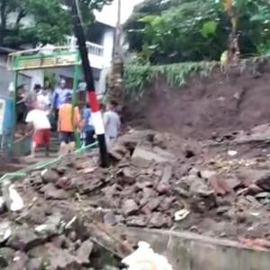 Hujan Lebat Guyur Kota Malang, Plengsengan di Kelurahan Samaan Ambrol