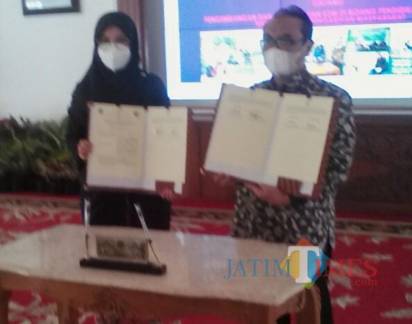 Bupati Banyuwangi dan Rektor Untag 45 Banyuwangi menunjukan nota kesepahaman yang ditandatangi (Nurhadi Banyuwangi/JatimTimes)