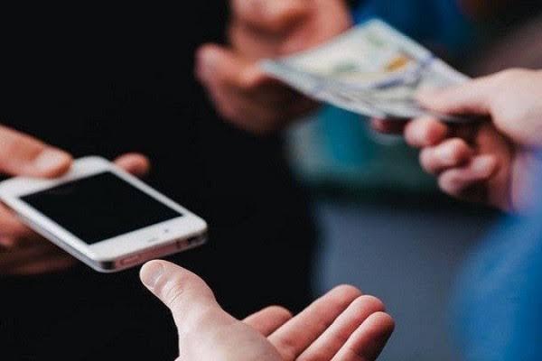 Ilustrasi COD pembelian handphone (foto: istimewa)