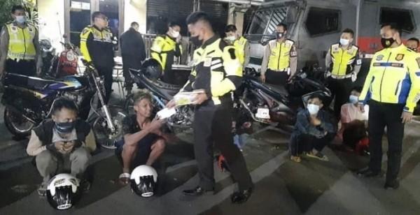 Para pelanggar yang diamankan di Mapolresta Malang Kota, Sabtu (13/3/2021). (Foto: Istimewa)