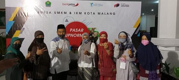 Sekretaris Komisi D DPRD Kota Malang Rokhmad (berkopiah) saat menyambut pelaku UMKM dalam gelaran pameran di hall gedung DPRD Kota Malang. (Foto: Istimewa).