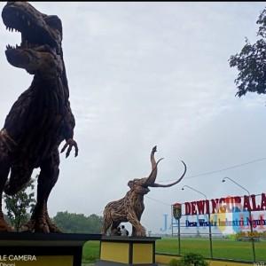 Patung Kayu Jati Raksasa T-rex dan Gajah Purba Jadi Ikon Dewi Ngubalan Ngawi