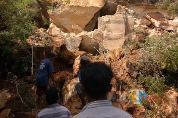 TAMPAK, Batu berserakan usai ambruk dan menimpa slaah satu pekerja pencari batu (Foto: Redaksi JatimTIMES)