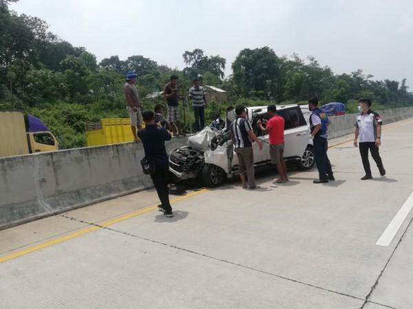 Beberapa pengendara mobil dan petugas Jasa Marga saat mengevakuasi mobil yang menabrak pembatas jalan (foto: istimewa)