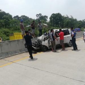 Tabrak Pembatas Jalan Tol Pasuruan-Malang KM 71, Mobil Ringsek
