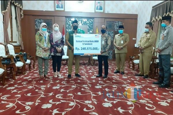 Bupati Pamekasan Baddrut Tamam saat menerima SCR dari perwakilan Bank BRI Cabang Pamekasan (Foto: Istimewa)