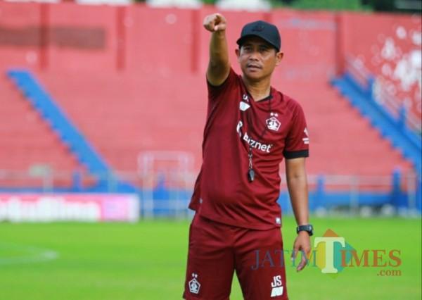 Pelatih Persik Joko Susilo saat melatih di stadion Brawijaya. (Eko arif s/Jatimtimes)