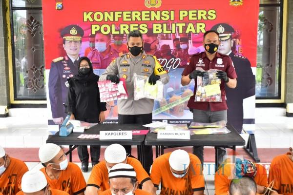 Polres Blitar mengamankan pelaku peredaran pil dobel L dan BB hasil kejahatan.(Foto : Aunur Rofiq/BlitarTIMES)