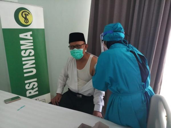 Rektor Unisma Prof Dr Maskuri MSi yang melakukan vaksinasi (Ist)